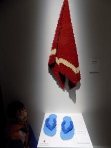 Handuk merah dan sandal jepit biru